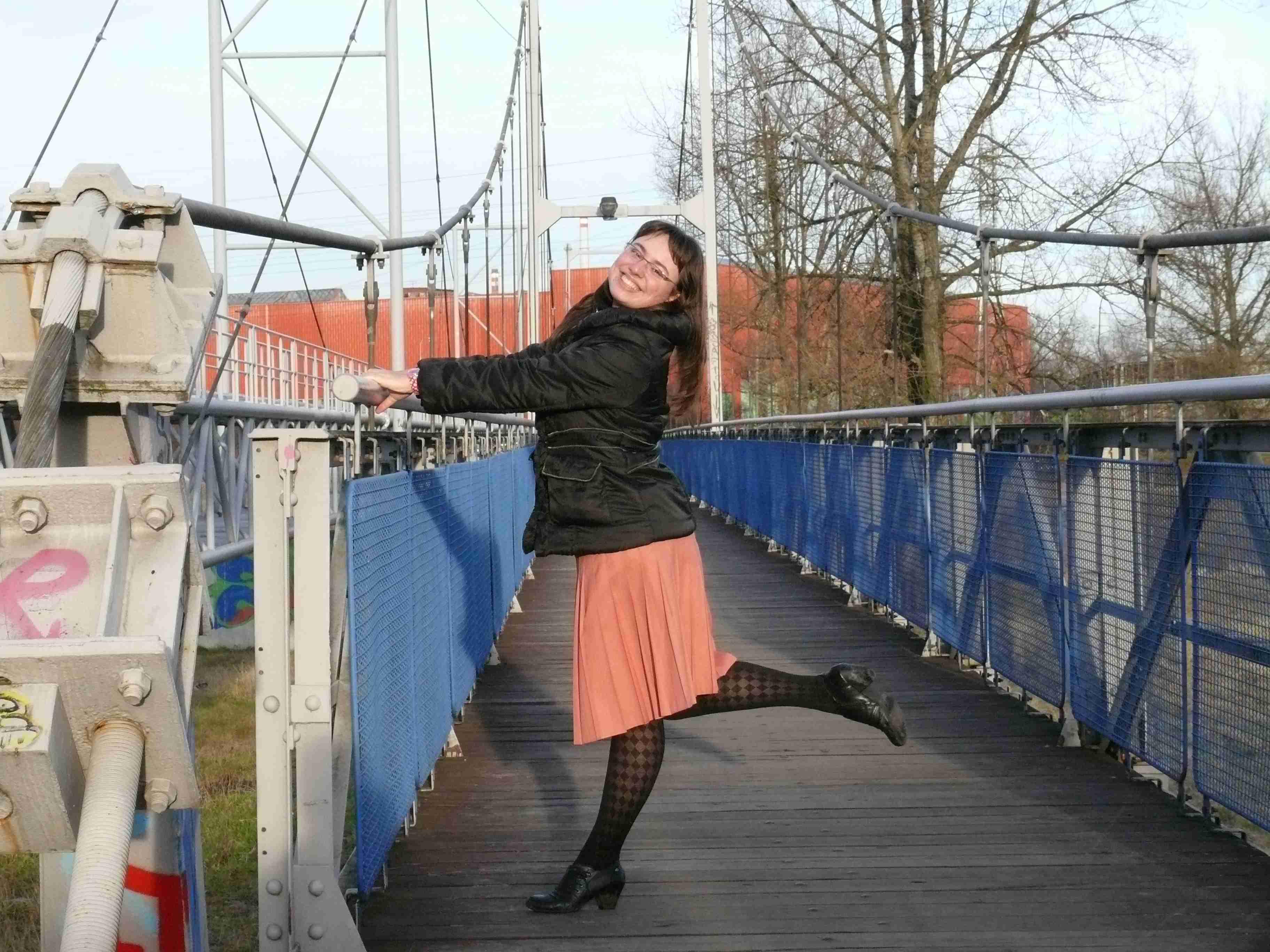 na mostě s nožkou hore
