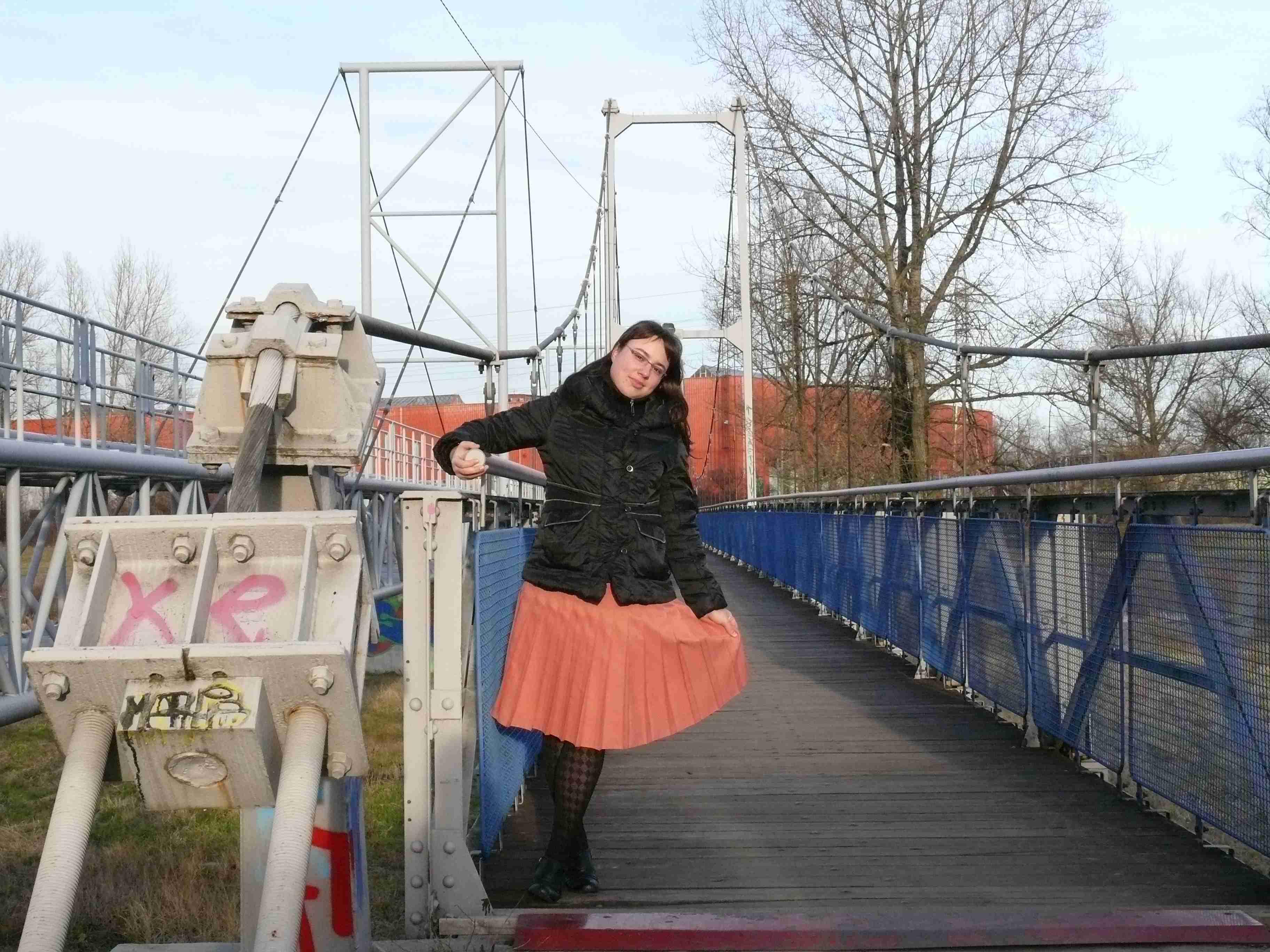 na mostě se sukničkou vbok