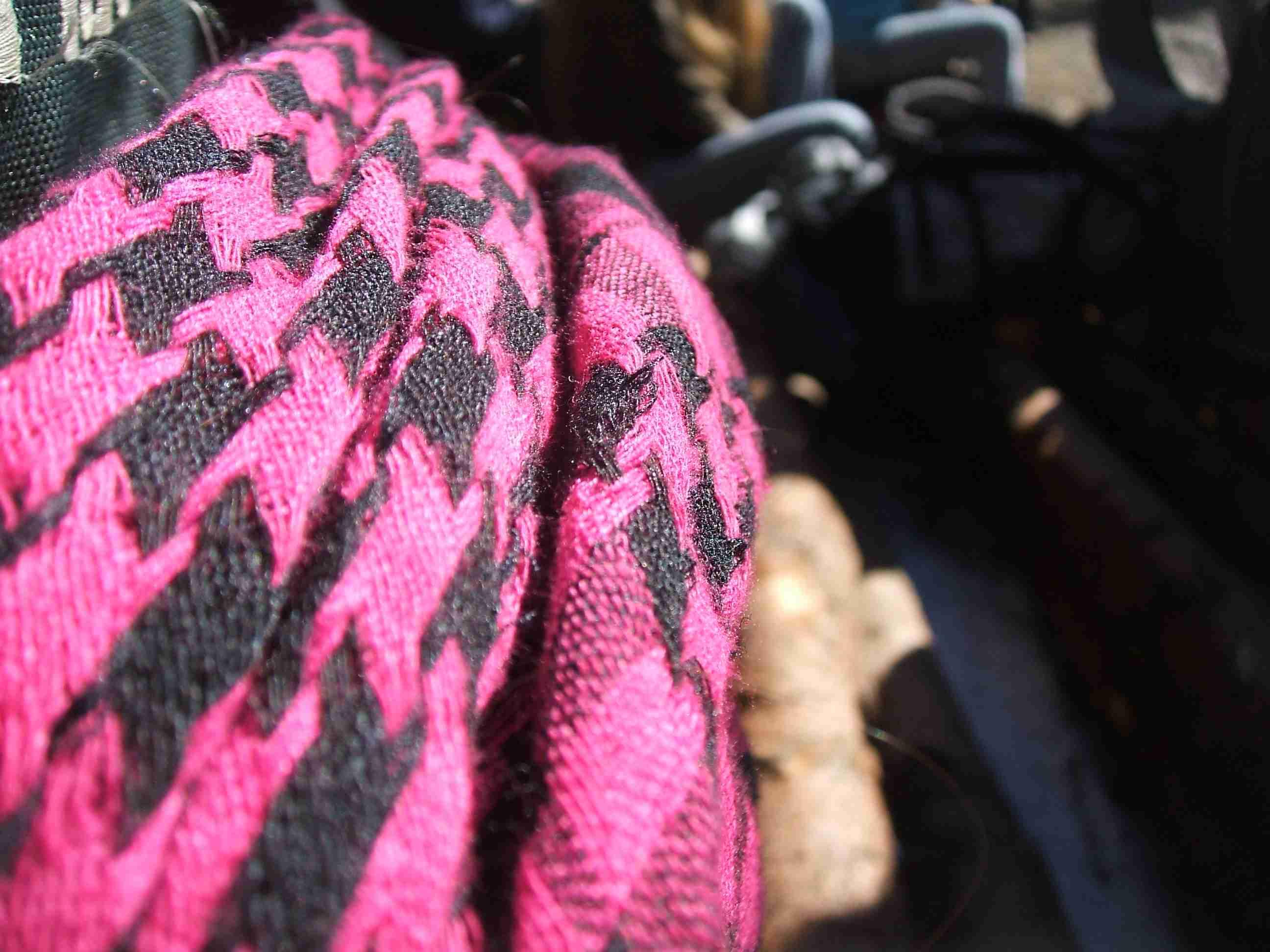 šátek přehozený přes batohy